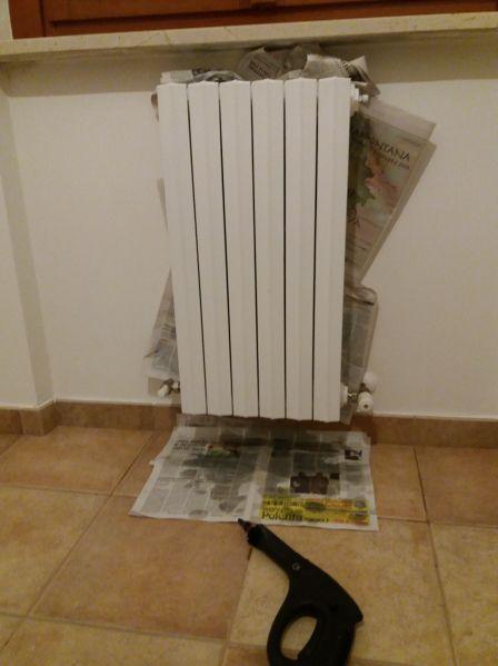 A casa ho due tipi di caloriferi, nella zona giorno ho termosifoni in alluminio, facilissimi da pulire, mentre nella zona notte ho i vecchi termosifoni in ghisa, per intenderci quelli con la fessur…