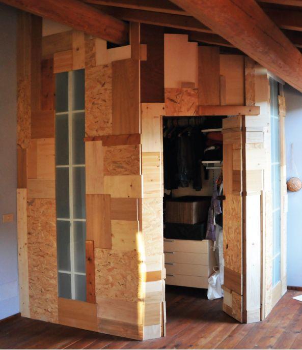 8WOOD Le pareti di questa cabina armadio sono formate da scarti di falegnamerie. Essi vengono assemblati sui telai giocando con le varie dimensioni e tipologie di legno. La singola parete presenta un telaio costruito con cantinelle di abete verniciate di bianco ed è rivestita esternamente con legni riclati e internamente da plexiglas opaco. Adattabile a qualsiasi struttura di ripiani a pannello.