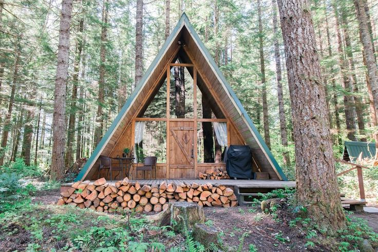 House in Ashford, United States. A quaint A-frame that has been recently remodeled. The cabin is located close to Mount Rainier & is a 1 minute walk to the Nisqually River. Enjoy sitting next to the wood stove after a hike up in the national park, watch a movie & relax. Wifi prov...