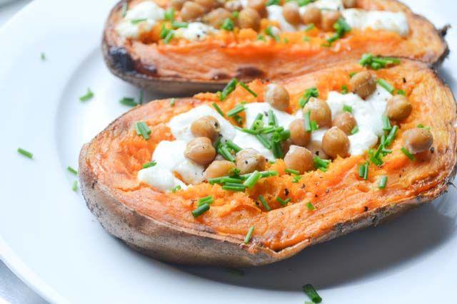 Een supergezond, maar erg simpel recept voor zoete aardappel uit de oven. Lekker met o.a. zachte geitenkaas, verse kruiden en kikkererwten!