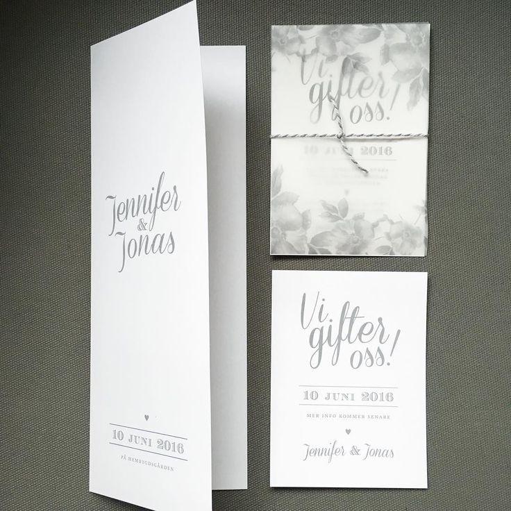 """Trycksaker till bröllop. En variant på kortet """"Vi gifter oss"""". Ett transparent omslag här med nyponrosor och ett gråvittrandigt snöre. Även Save the date-kort och omslag till festprogram. #savethedate #inbjudningskort #inbjudan #bröllopsinbjudan #festprogram #menyprogram #bröllopsinspiration"""