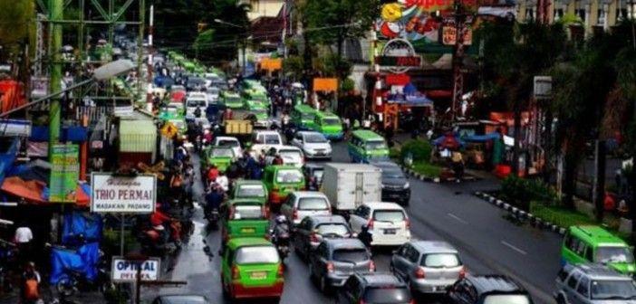 Kemacetan disejumlah ruas jalan sekitar pusat perbelanjaan di Kota Bogor jelang Idul Fitri 1435 H semakin parah.  Kemacetan disebabkan terjadinya lonjakan jumlah kendaraan warga Bogor yang akan berbelanja di pusat perbelanjaan. Hal ini menunjukan tingginya budaya konsumtif warga Bogor. Terkait hal ini bahkan ada anekdot wios tekor asal kasohor.  http://kabarbogor.net/blog/budaya-konsumtif-memperparah-kemacetan-bogor/
