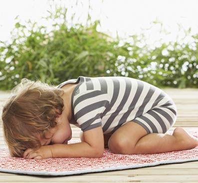 Posturas de yoga para bebés: La frente en el suelo