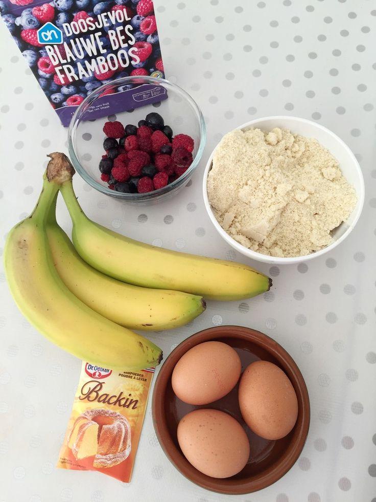 Gezonde snack: Bananenbrood met rood fruit : Dit recept is ideaal als healthy snack of tussendoortje en heel makkelijk met amandelmeel en bananen te maken
