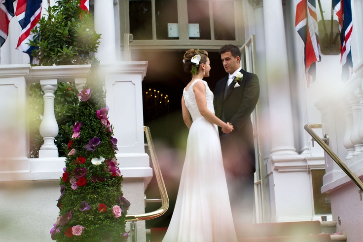 Bride and groom at the entrance to the loggia mandarin for Canape orientale