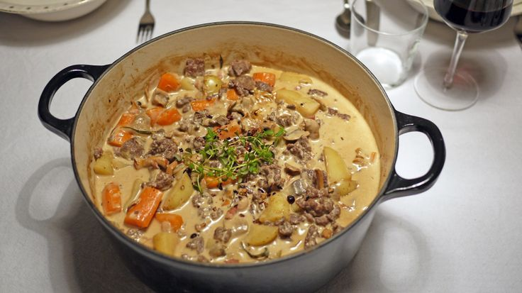 Høstens beste gryte: Klassisk finnbiff med en vri - Finnbiff kan varieres i det uendelige, men den mest klassiske varianten er med reinskav. Det går også an å bruke andre typer viltkjøtt, men det frosne reinskavet man får på dagligvarebutikken er både økonomisk og veldig god.    Denne retten kom ofte på bordet i barndommen i en oransje Le Creuset-jerngryte, og jeg husker det som en av favorittmaten. Denne oppskriften er en litt «pimpet» versjon av en klassisk finnbiff, og for enk…