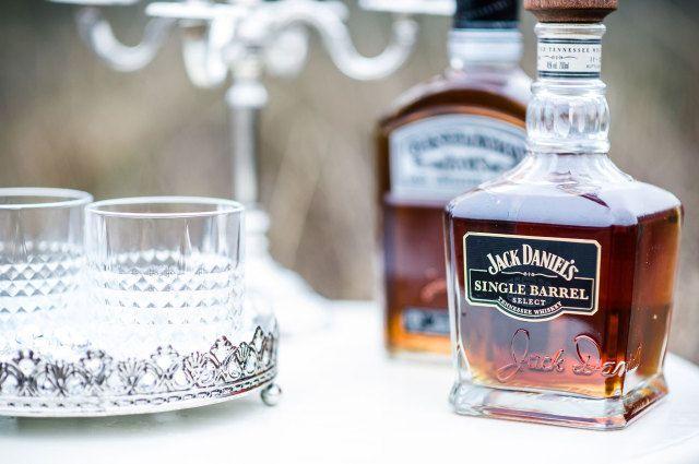 Zet een mooie dranktafel op je bruiloft #drankjes #cocktals #whiskey #bruiloft #trouwen #styled #shoot #wedding #style #great #gatsby Movie inspired shoot met veel liefde   ThePerfectWedding.nl   Fotocredit: Tovergoud Bruidsfotografie