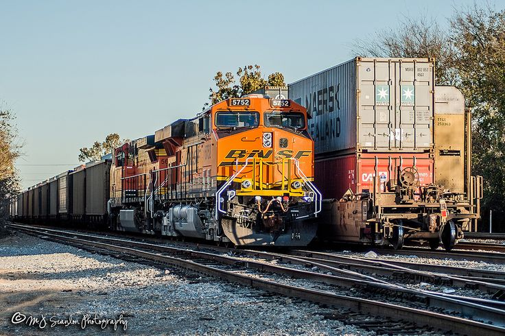 https://flic.kr/p/22dHhFG | BNSF 5752 | GE ES44AC | NS Memphis District | An empty BNSF coal train is tied down on the NS west main along Broadway in Downtown Memphis. The double stack is on the UP main and the autorack is on the NS east main.