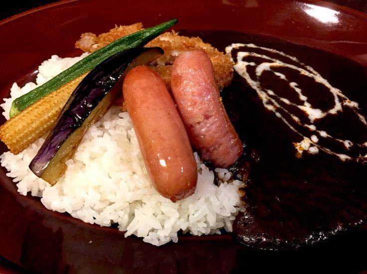 100時間カレー B&R 神田本店 トッピングはウィンナー、季節の野菜、チキンかつ。ルー大盛、辛さはジャワ=辛口