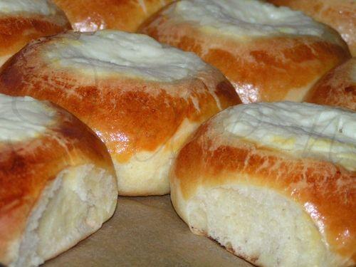 Один из популярных в народе пирожков, пухлая русская ватрушка, выглядит всегда не только аппетитно, но и чувственно. Круглая, открытая сверх...