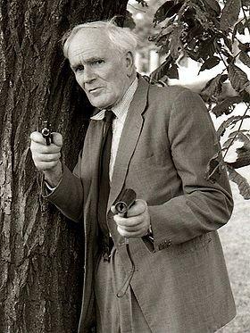 Q : Desmond Llewelyn, né le 12 septembre 1914 à Newport et mort le 19 décembre 1999 à Firle, est un acteur britannique. Il a incarné Q, l'incroyable scientifique pourvoyeur de gadgets en tous genres dans 17 James Bond.