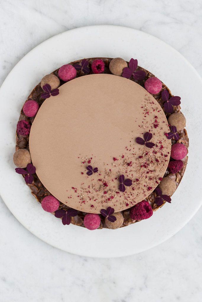 Chokolademoussekage med hasselnødder og knas | Maja Vase