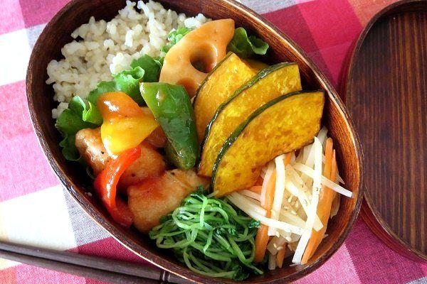 ・鶏と彩り野菜の甘酢炒め ・シャキシャキジャガイモとニンジンのナムル ・つまみ菜のおひたし ・玄米ごはん