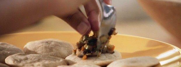 torradinha com cogumelos: receita da Bela Gil para o episdio Amigas da Bela no Bela Cozinha (Foto: Divulgao/GNT)