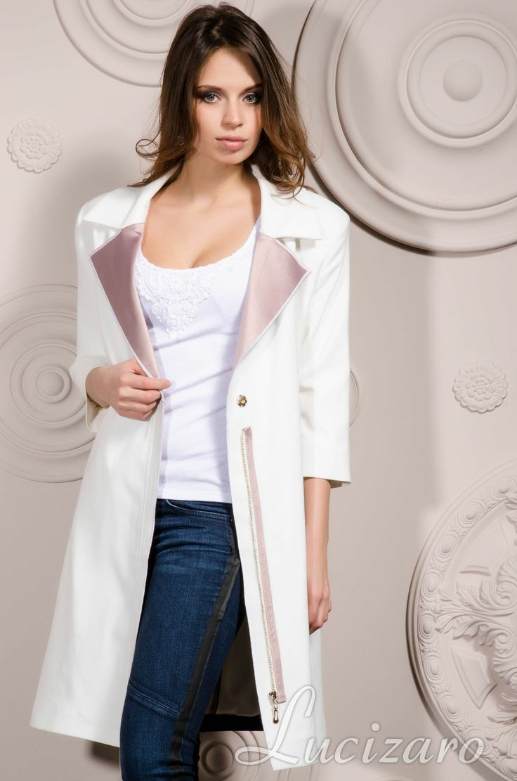 Elegante blusa con mangas voluminosas  • Realizada de satén  • Mangas cortas voluminosas con volantes  • Cremallera oculta detrбs • Pinzas altas • Corte ceсido