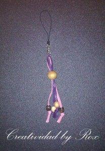 Lazo rosa y violeta con colgantes de madera.  LLavero/Colgante móvil...En apoyo de la lucha contra el Cáncer de Mama y la Violencia de Género.