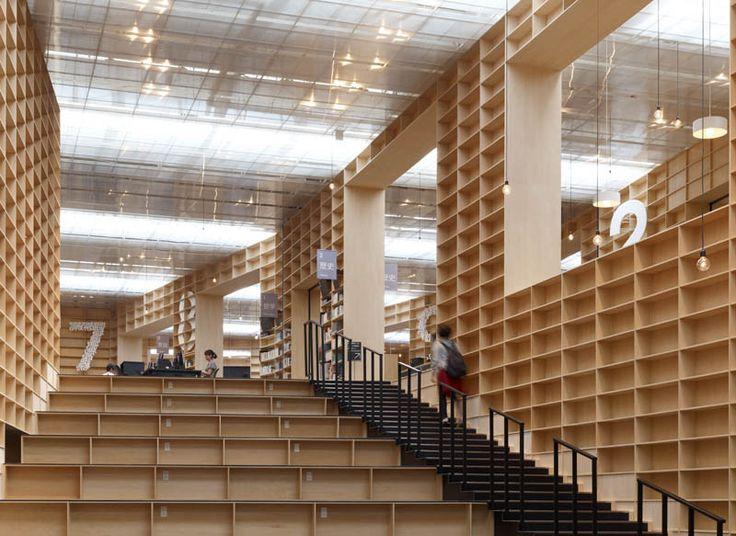 Construido por Sou Fujimoto en , Japan con fecha 2010. Imagenes por Daici Ano. El japonés Sou Fujimoto construyó esta biblioteca como parte de un encargo para la universidad de Musashino en Tokyo....