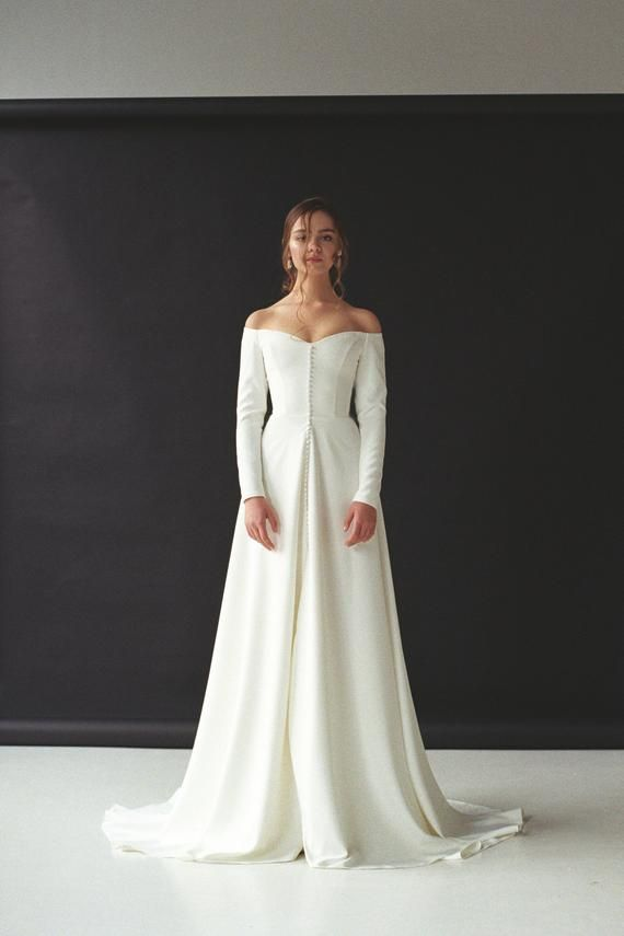 Trendy off-shoulder marriage ceremony costume with a cut up Off-the-shoulder lengthy sleeve crepe bridal robe Minimalist button entrance marriage ceremony robe SERENA