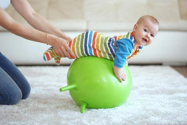 Lapsen voi ottaa mukaan jumppaan! Kuvituskuva.