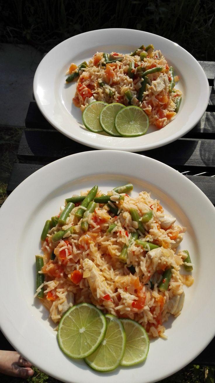 Gambiase Jollof: een eenpansgerecht met rijst, kip, limoen, tomaat en boontjes. Fris, zomers, simpel en vooral heel erg lekker!