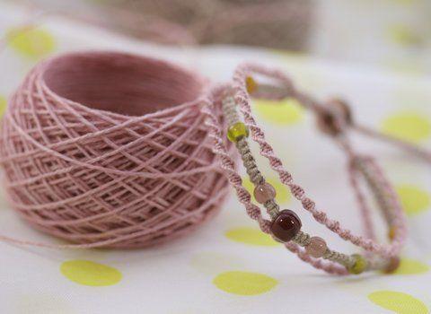 簡単ですが、初心者の方に3連ブレスの編み方です。 正確に言うと編み始め、ですね。...