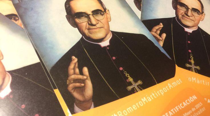 Los organizadores de la ceremonia de beatificación de Mons. Óscar Romero distribuyeron entre los asistentes estampas del Arzobispo de San Salvador, con la oración oficial para pedir un favor por su intercesión.