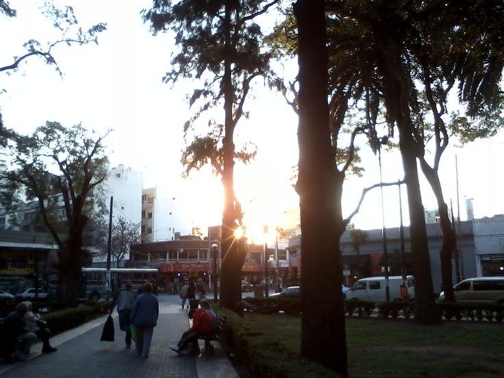 Cae el sol sobre plaza Flores, julio 2012.