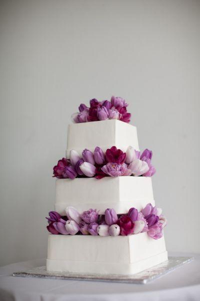 Elegante pastel de boda decorado con tulipanes en tonalidades púrpuras y lavanda - The Popes