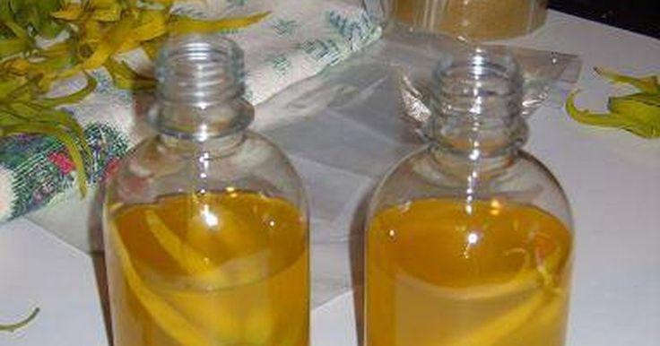 Cómo hacer aceite de coco en casa. El aceite de coco tiene muchos usos, no sólo en la cocina. Le añade sabor a los alimentos y a las ensaladas pero también se usa para tratar el cuero cabelludo y la piel seca, para tratar el reflujo ácido, como base para el jabón e incluso se usa para perder peso. El aceite de coco puro puede llegar a ser caro, pero si estás listo para un poco de ...