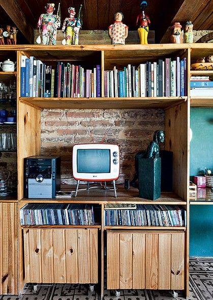 O living de uma casa em Olinda (PE) recebeu estante onde estão reunidos livros, CDs e aparelho de som. O móvel tem módulos de rodízio, podendo ser utilizados em outros cômodos. O projeto é dos arquitetos Cristiano Sá Motta e Ricardo Gruner