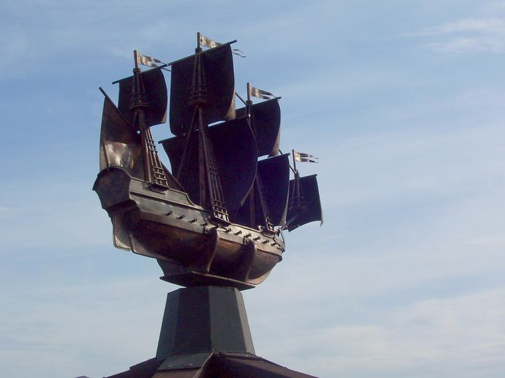Фрегат-флюгер на ветру