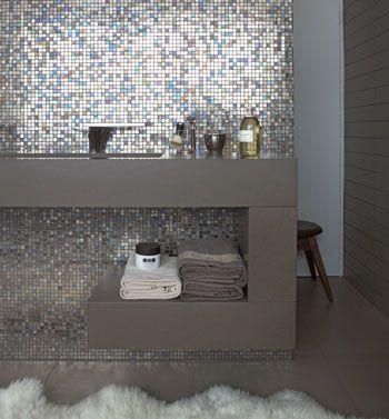 Glanzend glasmozaïek in badkamer