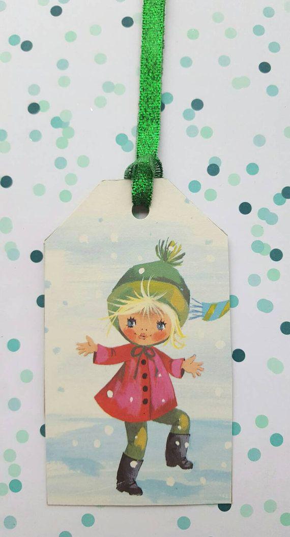 Dieses Angebot gilt für einen Satz von 4 Urlaub Geschenkanhänger süßen originale Vintage Weihnachten Buch. Die Tags sind 2 3/8 Diamenter x 4 3/4 Länge mit Glitter Band. Kraft Cardstock auf der Rückseite mit einem kleinen Stern in schwarzer Farbe.  Alle Tags sind von mir handgefertigt  Klicken Sie mein Weihnachten Geschenkanhänger, bitte hier https://www.etsy.com/shop/Uber2Cute?section_id=14495660&ref=shopsection_leftnav_7