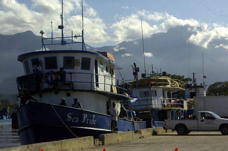Honduras: Socializan veda de camarones para frenar la baja producción  El volumen de este marisco cayó 17.6% durante la cosecha del año pasado. Movimientos de botes en el muelle de cabotaje de La Ceiba. Foto: Samuel Santos