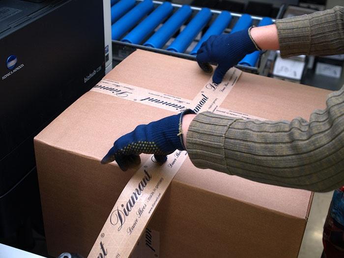 Die Versandart wird mit voriger Absprache der Kunden gewählt. Innerhalb Deutschlands wird mit der Deutschen Post versendet, bei größeren Mengen bietet sich jedoch auch eine Auslieferung per Spedition an.