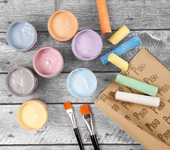 Vesipohjaisilla Chalky Vintage Look -maaleilla saat kauniin silkkimatta pinnan. Tee ihania sisustusesineitä tai uudista vanhoja huonekaluja. Maalit sopivat huokoisille pinnoille kuten puulle, keramiikalle ja kartongille sekä myös lakatulle puupinnalle ja jopa lasille. Viimeistellään hiomalla kuivunutta maalipintaa hiomapaperilla. Chalky-vaha antaa kosteudelta suojaavan pinnan.: