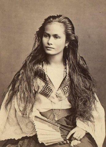 """Lakota woman - Lakota - amigos ou aliados ( ficaram conhecidos como o povo dos xamãs). Para os lakotas cada ser e cada elemento da natureza é sagrado e tudo está interligado numa grande teia cósmica. Os Lakotas uniram-se aos Sioux e a outras tribos menores formando a Grande Nação Sioux para combater os brancos invasores. ? Carmen adicionou um comentário  """"Ela não é Lakota. Ela é uma filipina""""  Esta mulher foi fotografado nas Filipinas pelo holandês Francisco Van Camp, em 1875."""