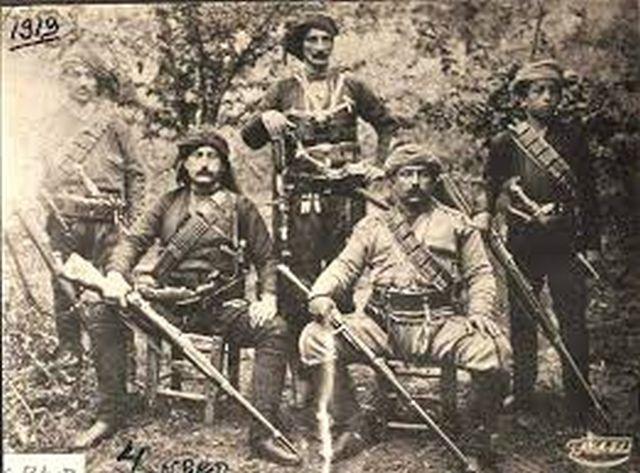 Ο καπετάν Γιώργος Καραβασίλογλου κάλεσε τους εναπομείναντες μαχητές κοντά του και τους πρότεινε να αλληλοσκοτωθούν προκειμένου να μην πέσουν ζωντανοί στα χέρια του εχθρού.