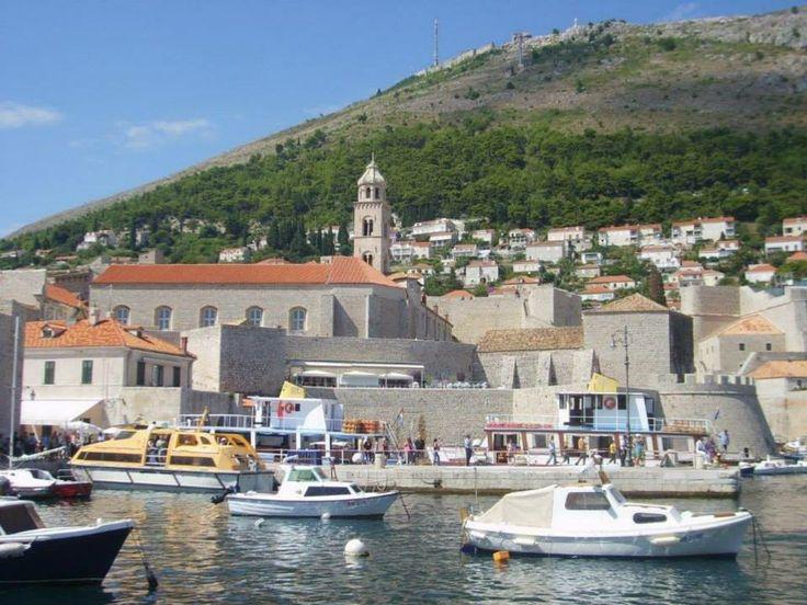 Hırvatistan'ın Karadağ ile sınır komşusu olduğu bölgeye yakın en güneyinde bulunan Dubrovnik 2013 Temmuz'un da Hırvatistan'ın Avrupa Birliğine girmesi ile maalesef vizesiz turlar kapsamı dışında kaldı... Daha fazla bigi ve fotoğraf için; http://www.geziyorum.net/dubrovnik/