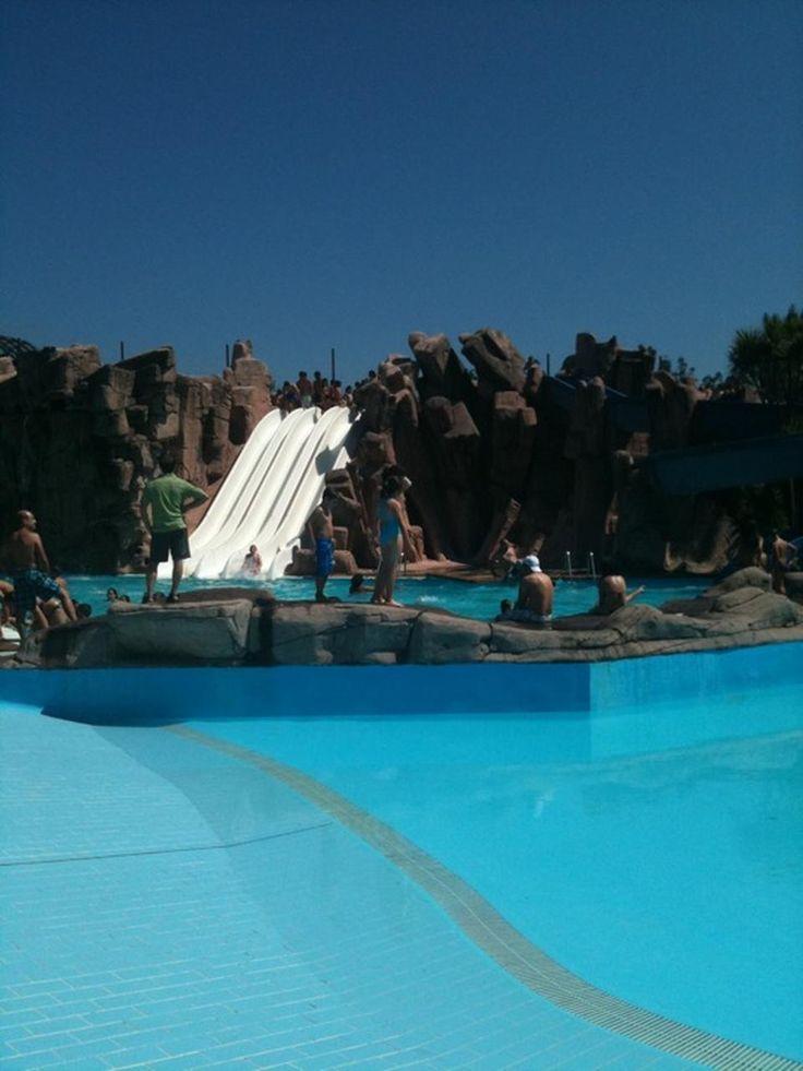 SOL asegurado ata o Xoves, por agora... Mirade que auga máis azul! A que dan ganas de mergullarse? Tedes ata este Domingo para achegarvos ao Aquapark Cerceda! Compra as túas entradas on line dende http://aquapark.cerceda.org/