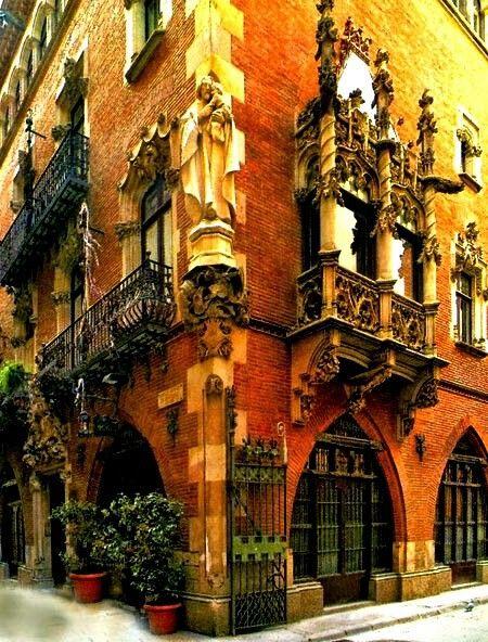 Los Cuatro Gatos es un restaurante en Barcelona, España. El restaurante tiene una exposición de arte. Hay tres cuadros de Picasso.