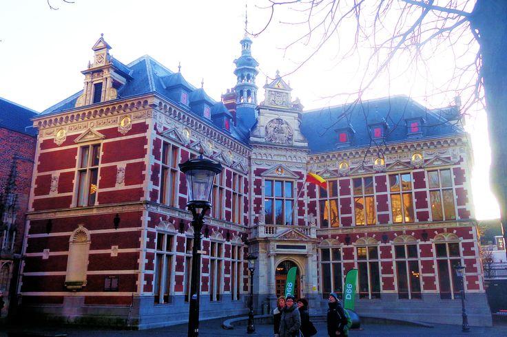 Het neorenaissance Academiegebouw , het oude bestuursgebouw van de universiteit, werd in 1886 door de burgerij van Utrecht geschonken. De stijl sluit goed aan op de naastgelegen Pandhof. De universiteit van Utrecht viert hier zijn plechtigheden.