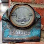 Comúnmente consideramos, y con buena razón, que el street art es algo que sólo se puede observar en la calle, lo que nos obliga a recurrir a la misma locación o, en el peor de lo casos, fotografía una y otra vez para poder apreciar la pieza. My Dog Sighs es un artista inglés que …