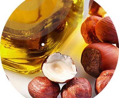Con l'inverno possiamo optare con più tranquillità per prodotti più idratanti per la cura della nostra pelle del viso, tra questi vi è l'olio di nocciola!