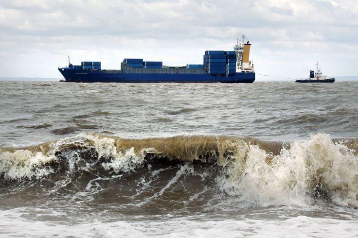 Um navio rebocador está se  aproximando das docas de Cardiff, no País de Gales, Reino Unido.  Fotografia: Ben Salter.