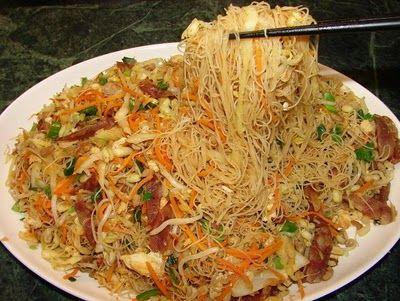 Rice vermicelli 米粉 (mee fun, mee hoon or fine rice noodles) can be a pain to stir fry. If anyone finds rice vermicelli always clump together, broken into bits and sticking to the pan/wok, you may find this post useful.