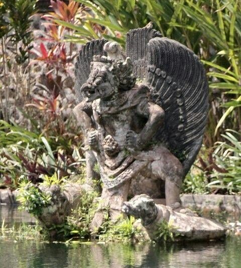 Arca batu taman air Bali
