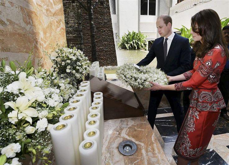 NEW DELHI - Prins William en zijn echtgenote Catherine hebben maandagavond in New Delhi alvast een voorschot genomen op de viering van de negentigste verjaardag van Williams grootmoeder koningin Elizabeth. Die is over tien dagen jarig, maar in de Indiase hoofdstad werd in de tuin van de residentie van de Britse ambassadeur reeds gefeest. (Lees verder…)
