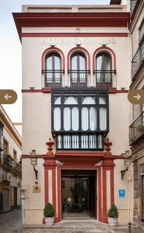 Dentro de la nutrida oferta de hoteles en Sevilla, el Hotel Casa 1800 es una alternativa boutique con gran encanto: situado en pleno casco histórico del destino andaluz, en el barrio de Santa Cruz, se emplaza en lo que fue una casa-palacio muy elegante del siglo XIX, que se encuentra además cerca de atractivos, los monumentos más representativos y la zona de compras. Desde aquí se podrá acceder fácilmente a la Catedral y su Giralda (se localiza a sólo poco más de una cuadra), los Jardines…