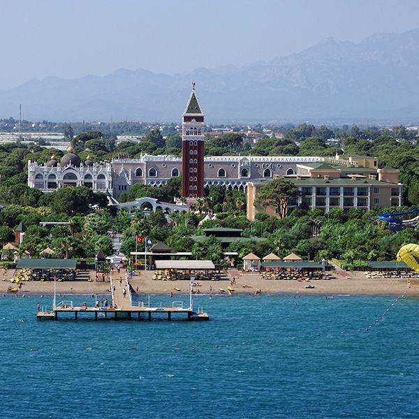 Venezia Palace De Luxe Resort Hotel ultra her şey dahil konsepti, denize sıfır konumu, konforlu odaları ile size unutulmaz bir Akdeniz tatili sunuyor.  bit.ly/MNGTurizm-venezia-palace-so